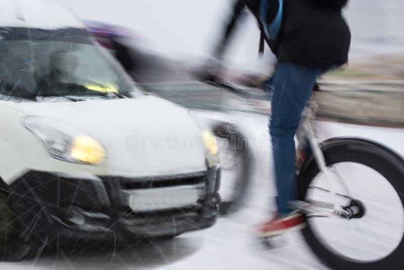 与骑自行车者和汽车的危险城市交通情况 免版税库存照片