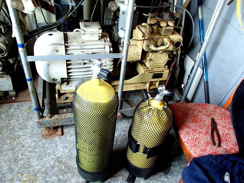 与高压空气的压缩机填装的水肺坦克 图库摄影