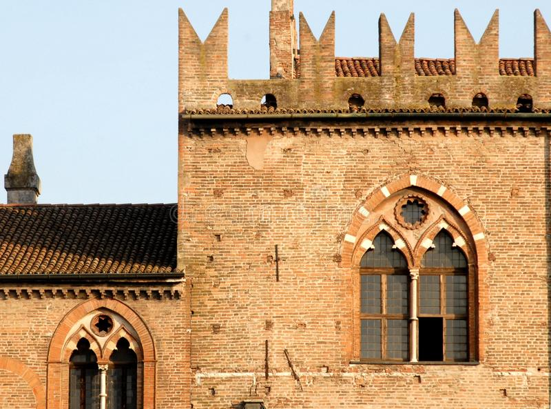 与高城垛的中世纪窗口 库存照片