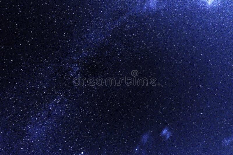 与高密的夜空担任主角和星云 免版税库存图片