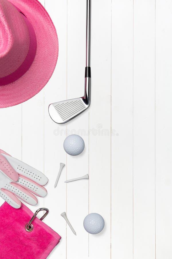 与高尔夫球的高尔夫俱乐部和木表面上的高尔夫球手套在蓝色 库存照片