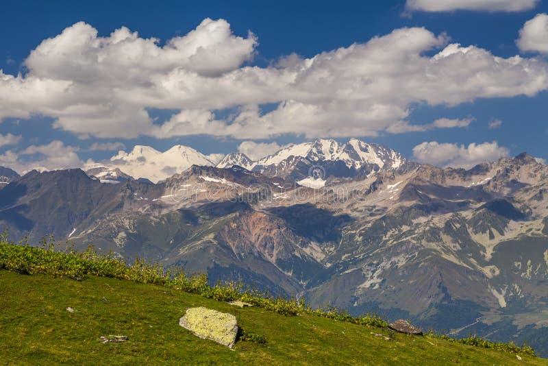 与高山的惊人的风景在蓝天下 免版税库存照片