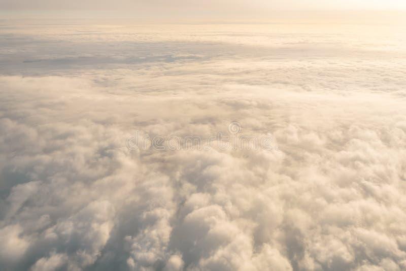 与高度飞机的飞行水平面,以前白色蒸汽光滑的一致的纹理的阴暗云彩cloudscape日落 库存照片