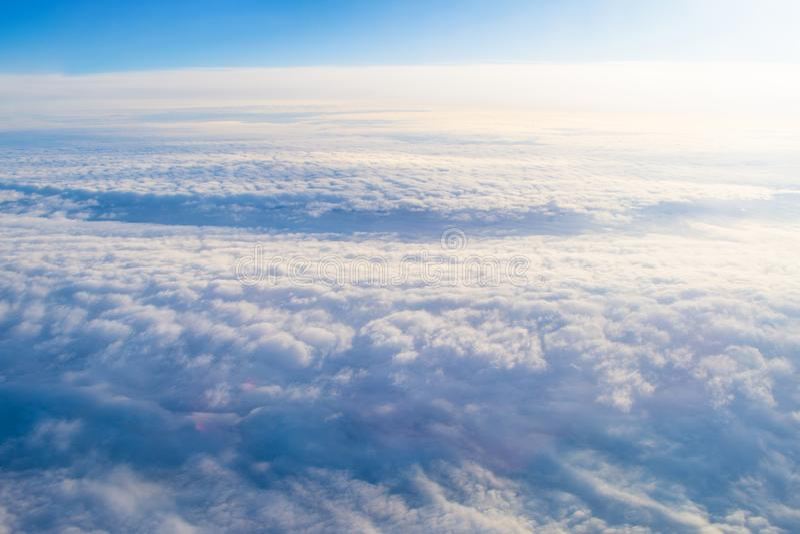与高度飞机的飞行水平面,以前白色蒸汽光滑的一致的纹理的阴暗云彩cloudscape日落 免版税库存图片