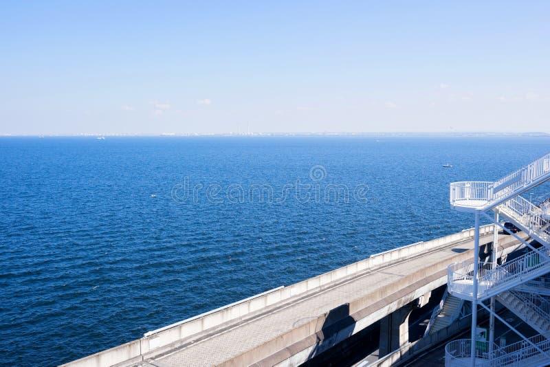 与高速公路路的美好的海平面在Umi Hotaru停车场海岛东京海湾水色线,日本 免版税库存图片