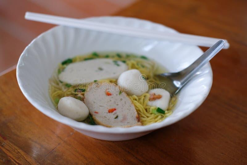 与鱼丸的鸡蛋面汤 泰国地方食物 免版税图库摄影