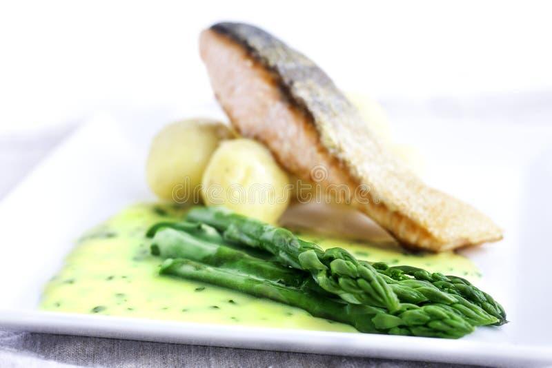 与鱼和调味汁的芦笋 免版税库存照片