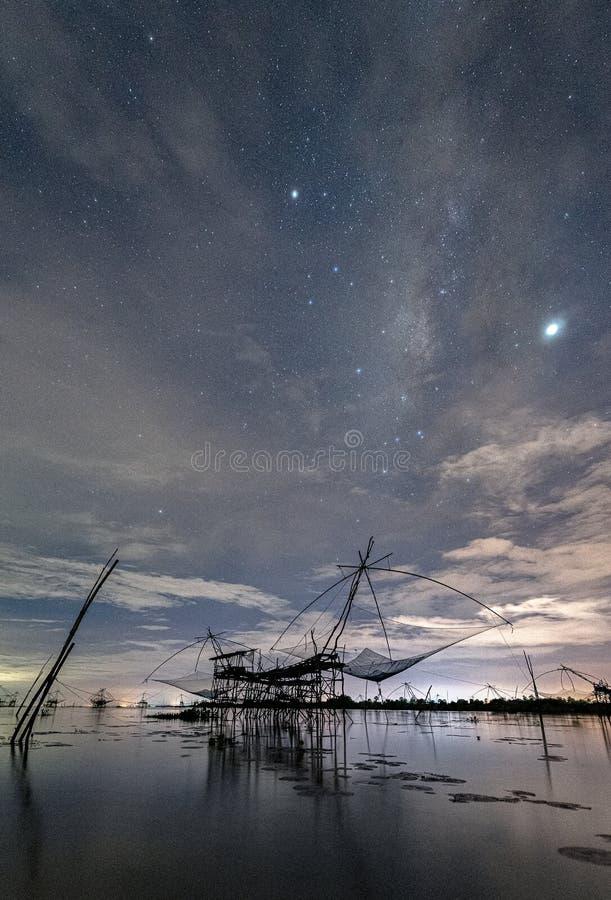 与鱼网在Pakpra运河,Pakpra,博他仑府,泰国风景看法的银河星系  免版税库存图片