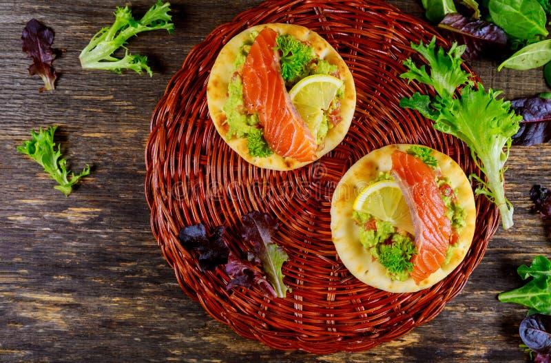 与鲕梨、三文鱼和柠檬土气样式的三明治 免版税库存照片