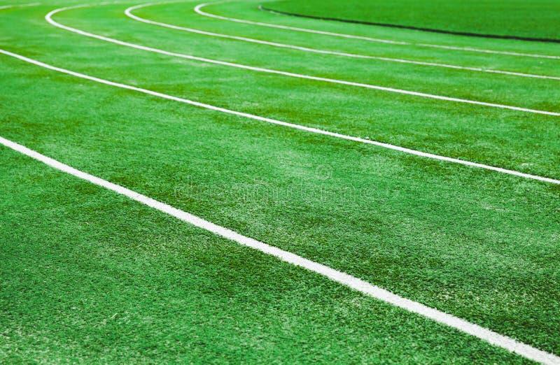 与鲜绿色的人为草皮的连续轨道 库存照片