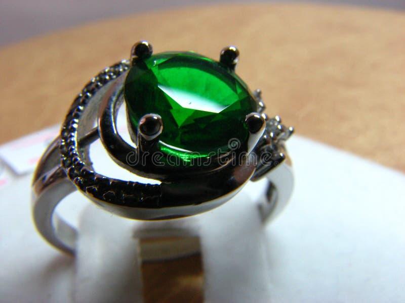 与鲜绿色石头的银色圆环 免版税库存照片