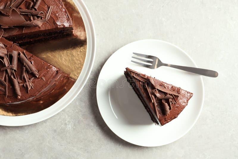 与鲜美巧克力蛋糕的平的被放置的构成 免版税库存图片