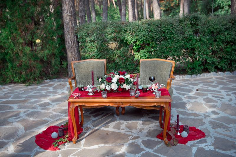 与鲜花和蜡烛的浪漫桌 库存图片