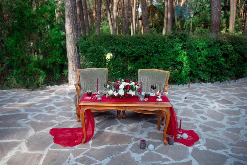 与鲜花和蜡烛的浪漫桌 免版税图库摄影