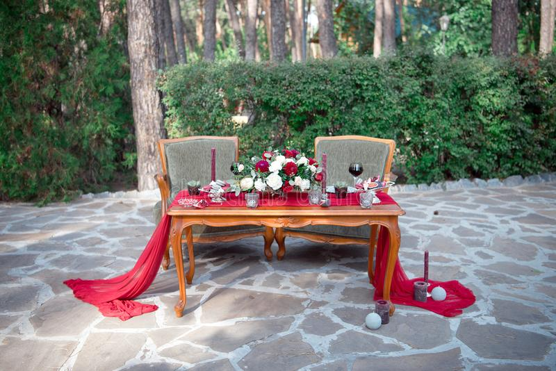 与鲜花和蜡烛的浪漫桌 免版税库存照片