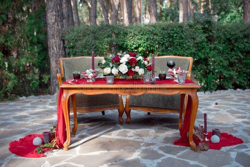 与鲜花和蜡烛的浪漫桌 库存照片