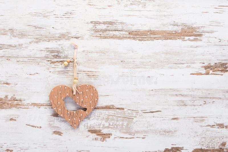 与鸟的木心脏在葡萄酒木背景 库存照片