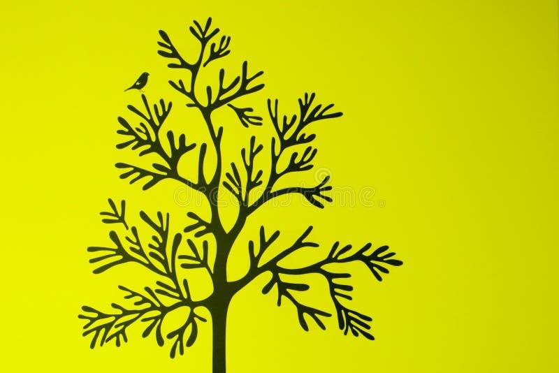 与鸟的树在绿色背景 免版税库存图片
