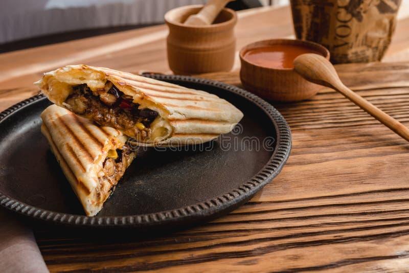 与鸡、胡椒和豆的墨西哥面卷饼 顶视图 免版税图库摄影
