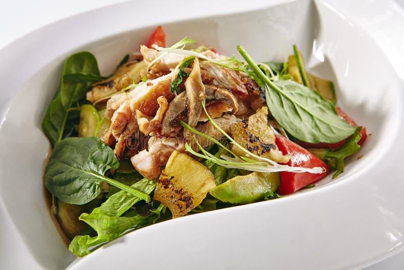 与鸡、菜和菠萝的温暖的沙拉 免版税库存照片