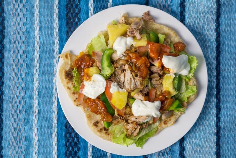 与鸡、菠萝、莴苣、辣调味汁和酸奶-土气家的玉米粉薄烙饼在蓝色桌布做了玉米粉薄烙饼-图象 图库摄影