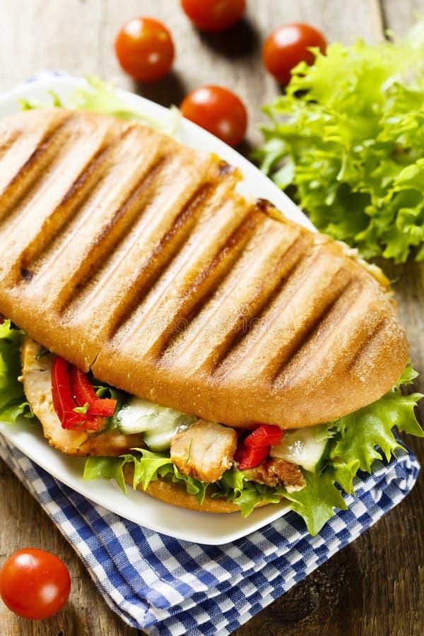 与鸡、蔬菜沙拉和菜的烤三明治 免版税库存图片
