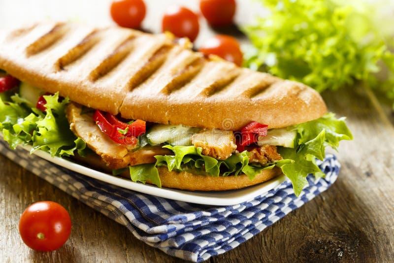 与鸡、蔬菜沙拉和菜的烤三明治 库存照片