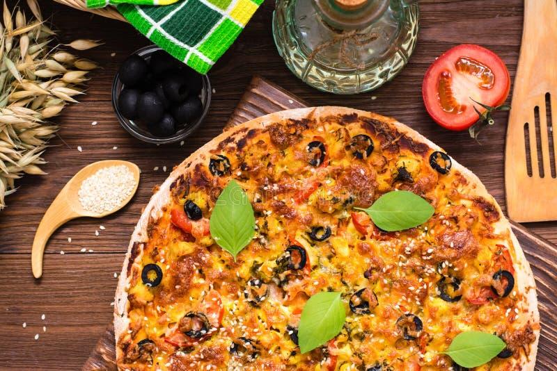 与鸡、蕃茄、乳酪和橄榄的可口新鲜的薄饼 库存图片