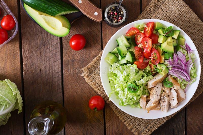 与鸡、鲕梨、黄瓜、蕃茄和大白菜的饮食沙拉 库存照片