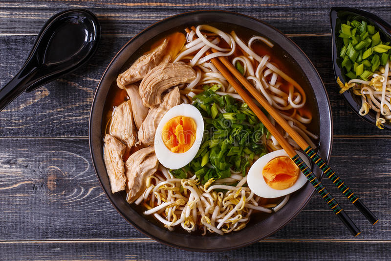 与鸡、鸡蛋、香葱和新芽的日本拉面汤 免版税库存图片