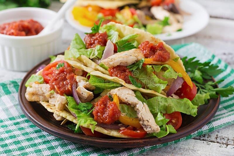 与鸡、黑豆和新鲜蔬菜的墨西哥炸玉米饼 免版税库存图片