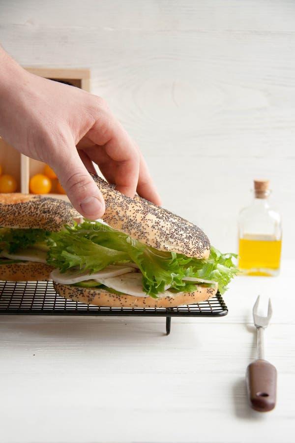 与鸡卷,蔬菜沙拉和乳脂干酪的百吉卷 库存图片