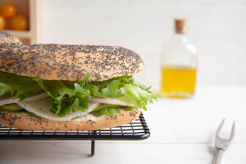 与鸡卷,蔬菜沙拉和乳脂干酪的百吉卷 免版税库存图片