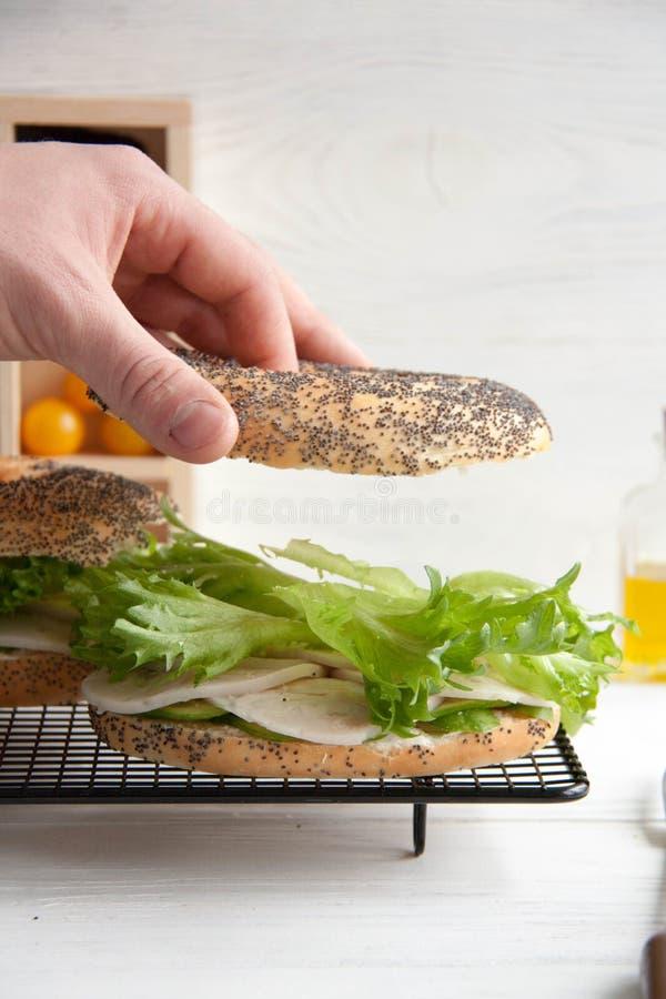 与鸡卷,蔬菜沙拉和乳脂干酪的百吉卷 免版税图库摄影