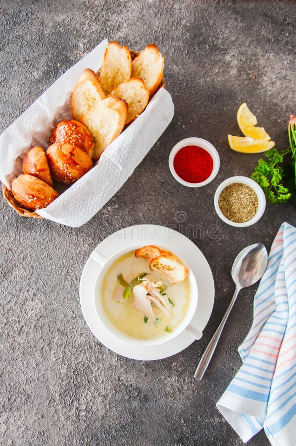 与鸡和油煎方型小面包片的乳脂状的菜汤 库存图片