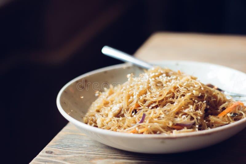 与鸡和绿色菜,西红柿酱,选择聚焦的可口乳脂状的意大利penne意粉面团 库存图片
