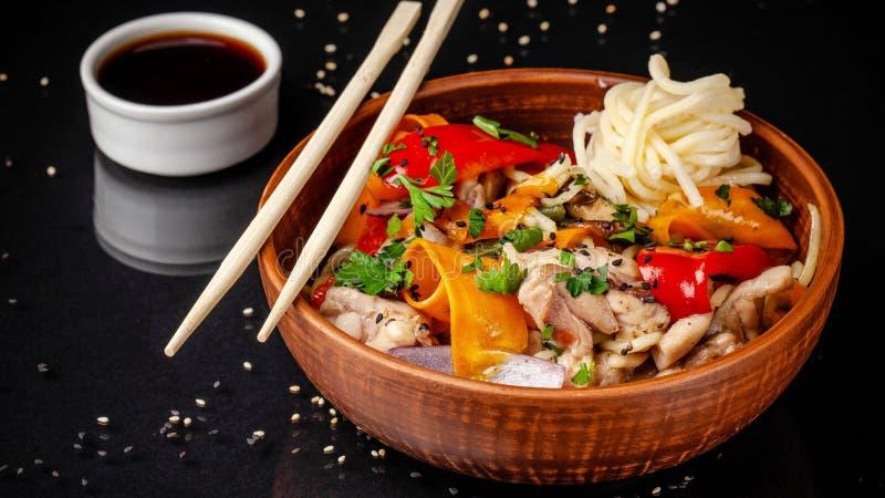 与鸡和菜、balkar胡椒、红萝卜、荷兰芹、白色和黑芝麻,红洋葱的日本或中国乌龙面面条 图库摄影