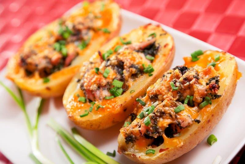 与鸡和菠菜的被充塞的土豆 库存照片