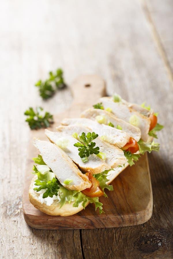 与鸡和蕃茄的三明治 免版税库存图片