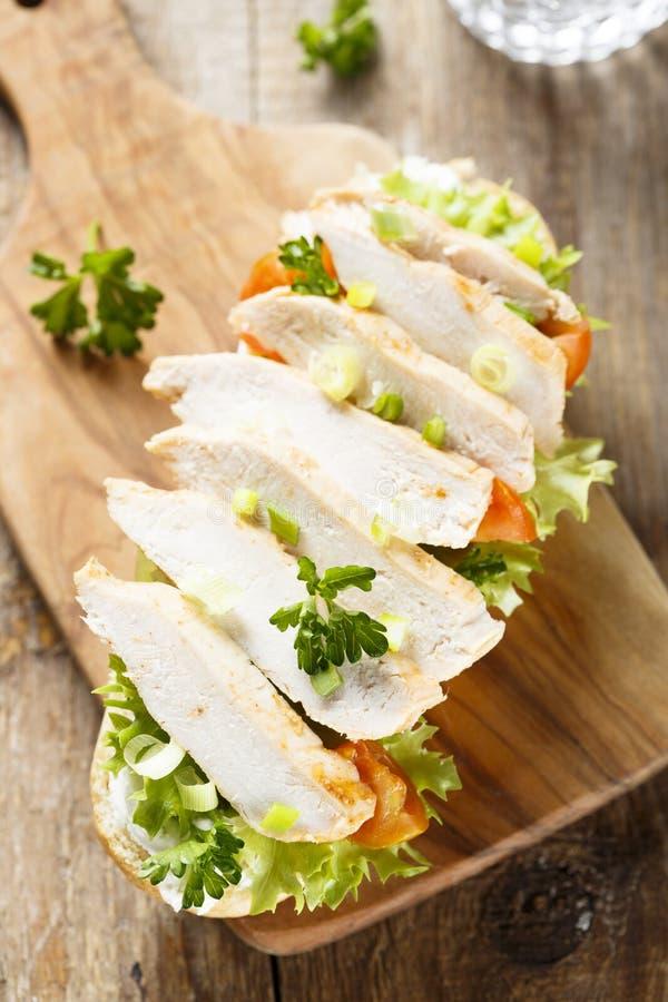 与鸡和蕃茄的三明治 库存图片