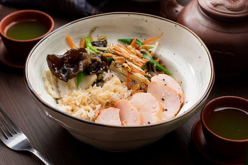 与鸡和蘑菇的米在一家亚洲餐馆 库存图片