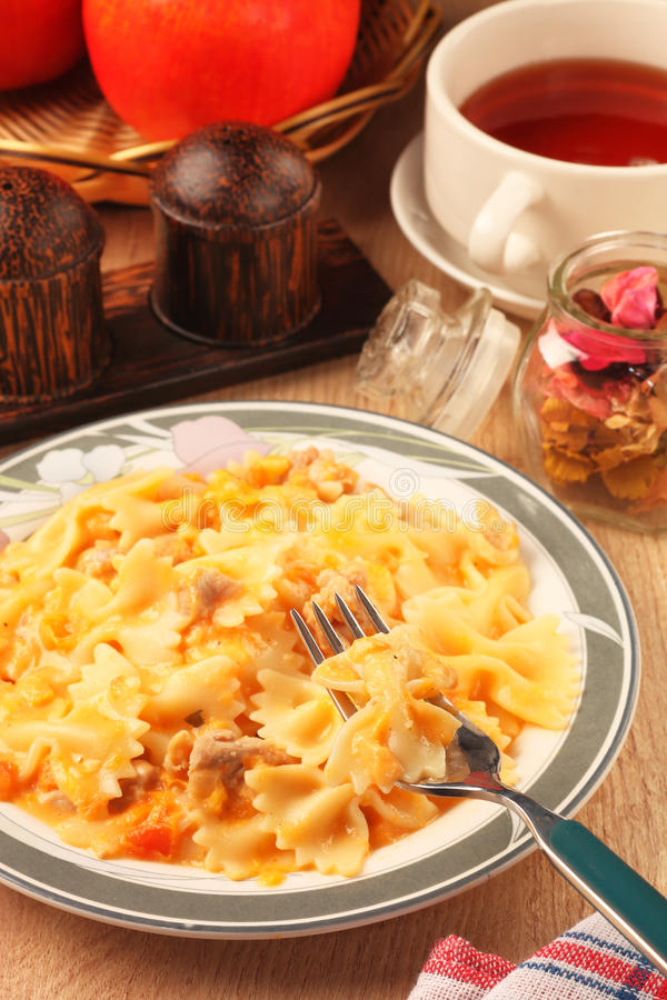 与鸡和西红柿酱的Farfalle 免版税库存图片