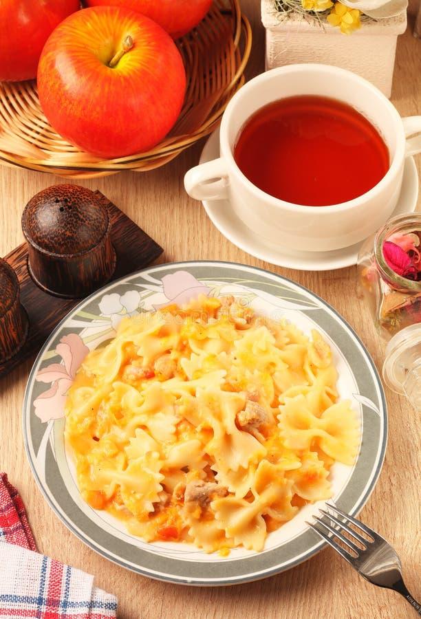 与鸡和西红柿酱的Farfalle 免版税图库摄影