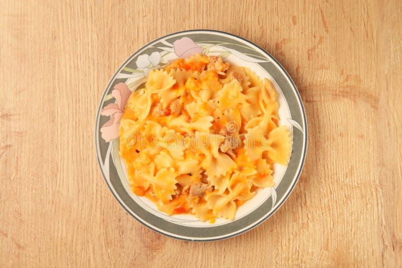 与鸡和西红柿酱的Farfalle 库存图片