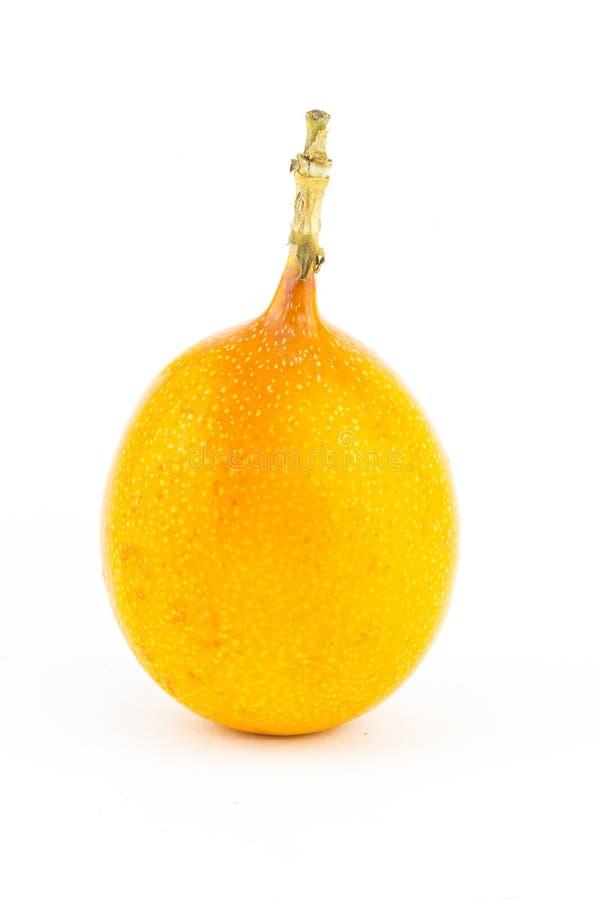 与鸡尾酒圆滑的人一个水多的填装的基地的黄色热带水果在白色背景的 免版税库存照片