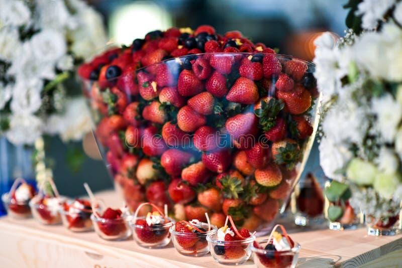 与鸡尾酒在党的食物点心混合在玻璃的莓果 免版税图库摄影
