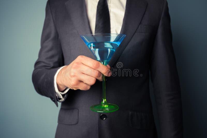 与鸡尾酒杯的商人 免版税库存图片