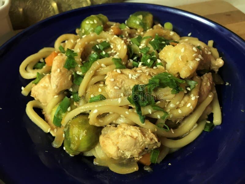与鸡的乌龙面和菜搅动在teriyaki调味汁的油炸物 图库摄影