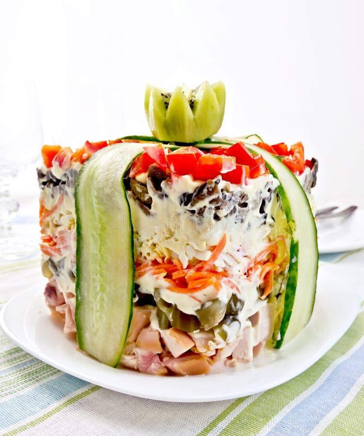 与鸡的在镶边餐巾的沙拉和胡椒 免版税库存图片