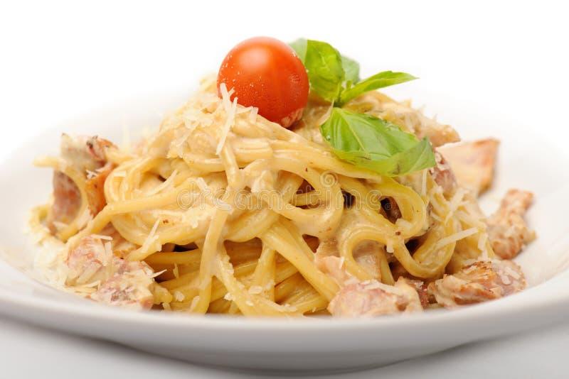 与鸡的意大利面食 免版税库存照片